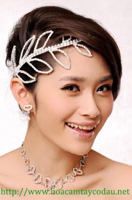 4 mẫu cài tóc cô dâu cho tóc búi đẹp sang trọng và kiêu kì 1