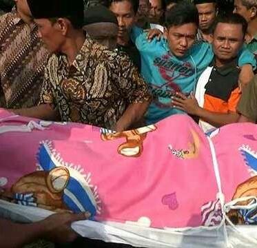Jenazah korban saat dibawa ke rumah duka.