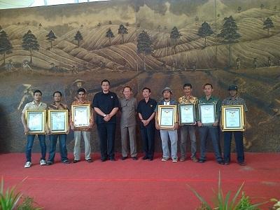 7 Pelukis Medan Buat Rekor Lukisan Bubuk Teh Terbesar di Indonesia