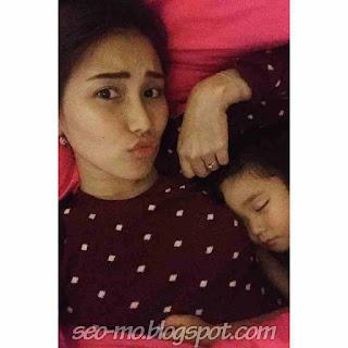 Foto Ayu Ting Ting Tidur dengan Anaknya
