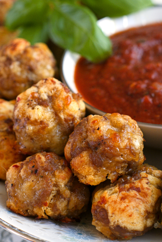 Italian Sausage Crescent Cheese Balls from thetwobiteclub.com is an easy to make appetizer recipe that is perfect for Thanksgiving or Christmas!