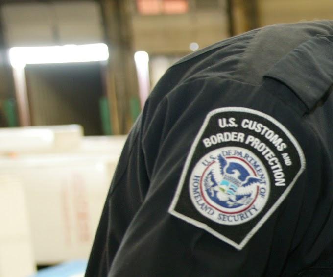 """Un policía dominicano de aduanas en EEUU detenido por escoltar """"mulas"""" con drogas en el JFK  que llegaban de RD"""