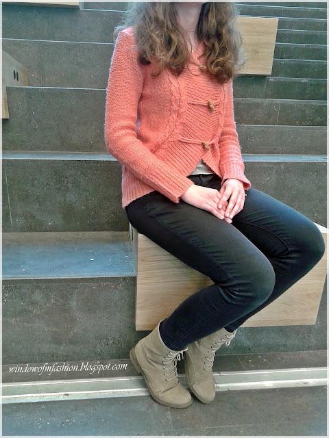 Sweter, granatowe jeansy, beżowe workery