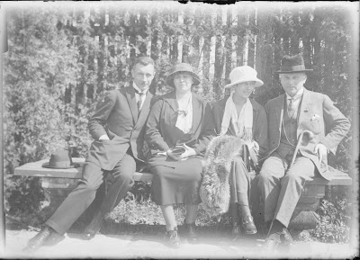 vier Personen auf einer Bank - um 1920