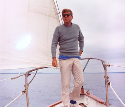 JFK CON PANTALONES KHAKI