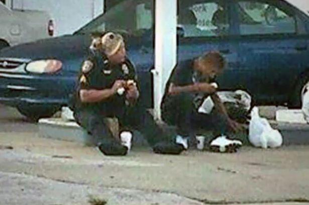 cop-feeds-homeless-man-usa