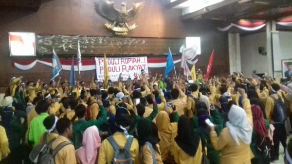Unjuk Rasa Peduli Rupiah, Mahasiswa Merangsek ke Ruang Utama DPRD Kaltim
