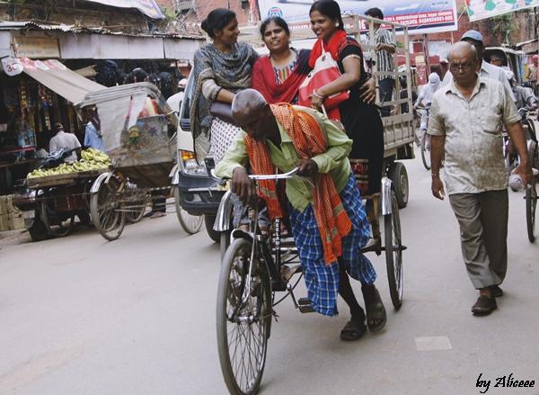 Varanasi-oameni-ricsa-bicicleta-India