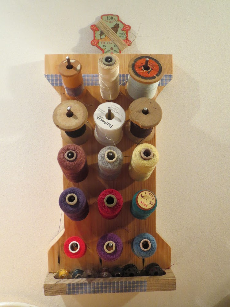 l 39 atelier de kiku porte bobines en bois en forme de bobine de fil. Black Bedroom Furniture Sets. Home Design Ideas