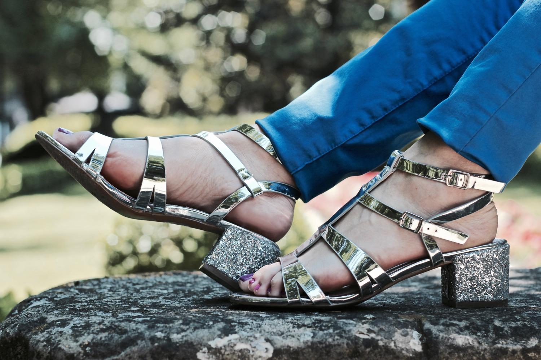 sandalias plateadas tacón medio