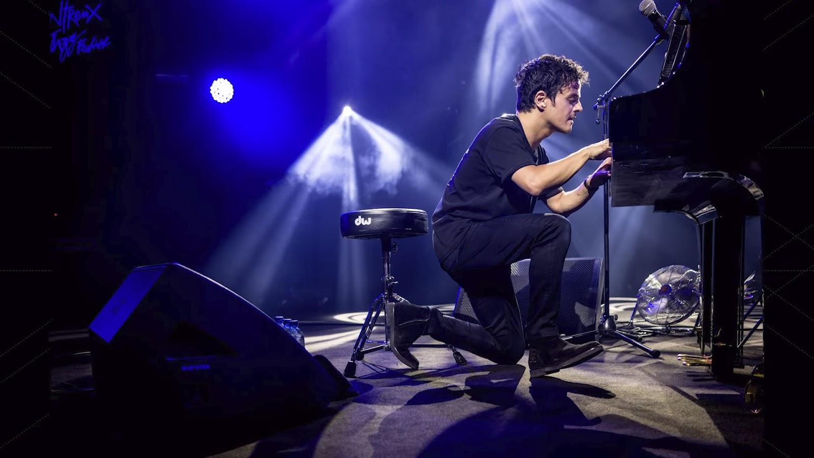 Мужчина за роялем на концерте