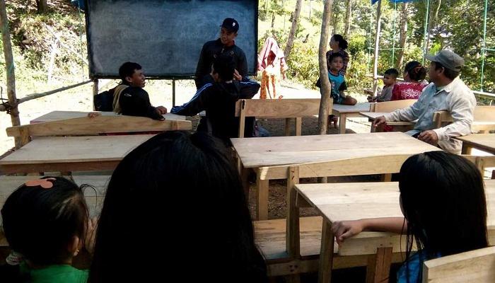 Memprihatikan, Siswa SD di Pationgi Bone Belajar Tanpa Gedung
