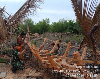 Danpos Panipahan Koramil 04/Kubu Bantu Warga Buatkan Perahu Tradisional