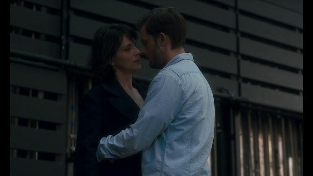 Isabelle (Juliette Binoche) et le jeune acteur (Nicolas Duvauchelle) dans Un beau soleil intérieur de Claire Denis (2017)