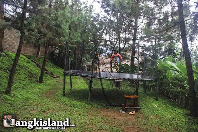 loncat trampolin
