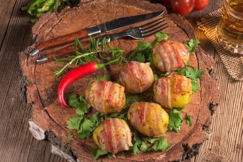 Tepsis sült krumpli baconnel sütve: tejföllel meglocsolva még finomabb