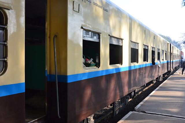Le train au Myanmar