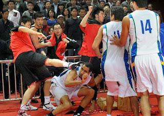 smešna slika: borba između košarkaša SAD i Kine