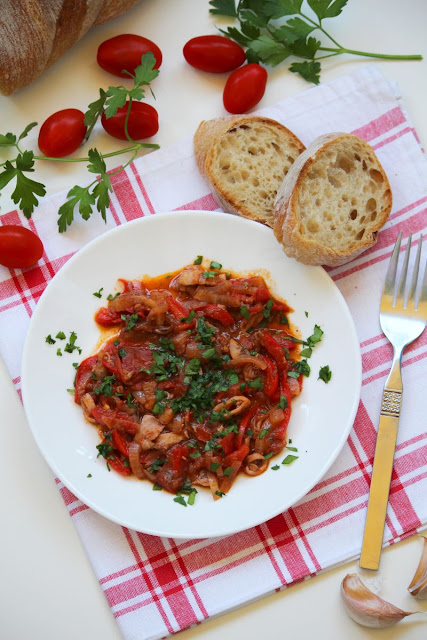 kalmary, sos pomidorowy, owoce morza