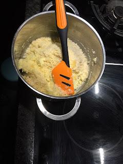 Réalisation du gâteau de semoule sauce au chocolat, incorporation des sucres et de la poudre d'amandes dans la casserolle