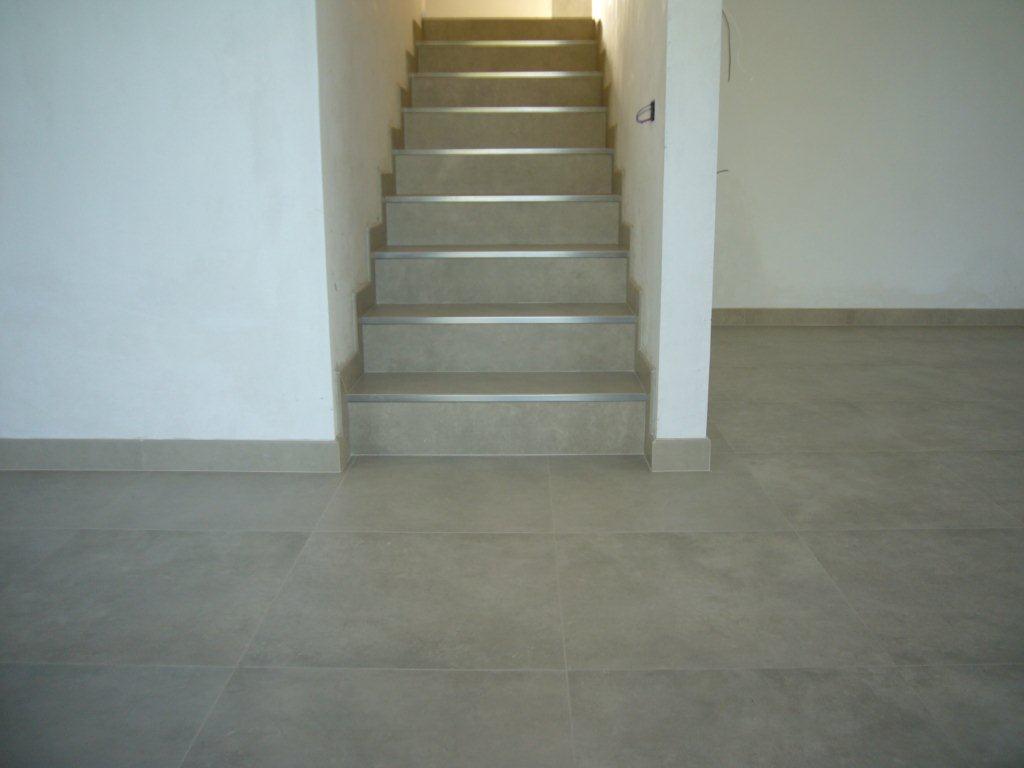 Gres porcellanato per scale esterne con grigliati terrazzo