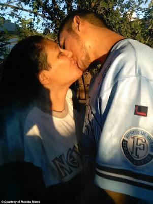 Caleb y Monica, medre e hijo se dan un beso en la boca