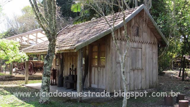 Casinha de madeira nas dependências do parque