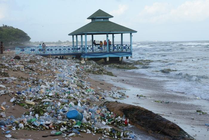 Desechos plásticos arropan litoral del Malecón de Santo Domingo