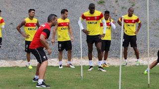 De olho no São Paulo, Argel comanda treino do Vitória sem Victor Ramos e Kanu