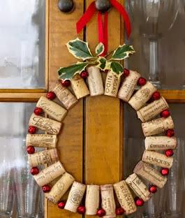 http://manualidadesnavidad.org/corona-navidena-hecha-con-corchos/