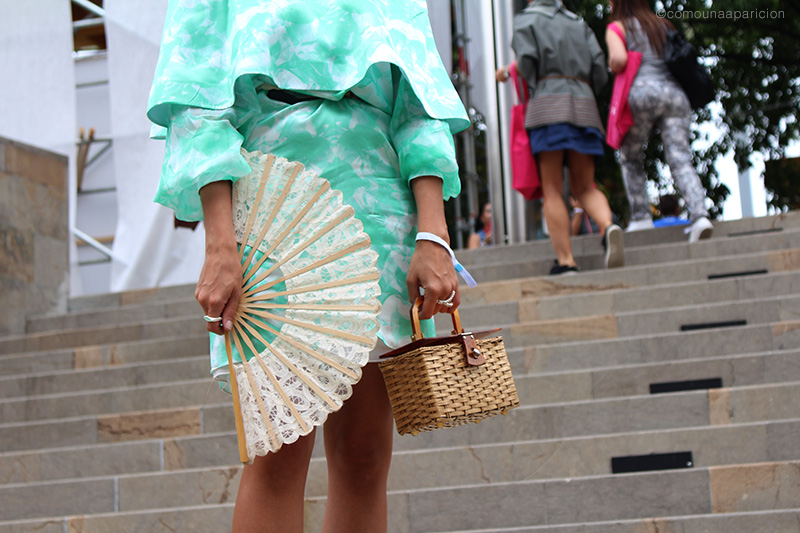 como-una-aparición-street-style-ruffle-dress-lace-hand-fan-floral-print-accesories-spring-summer-women-fashion-moda-en-la-calle-street-looks-romantic-colombian-fashion-bloggers
