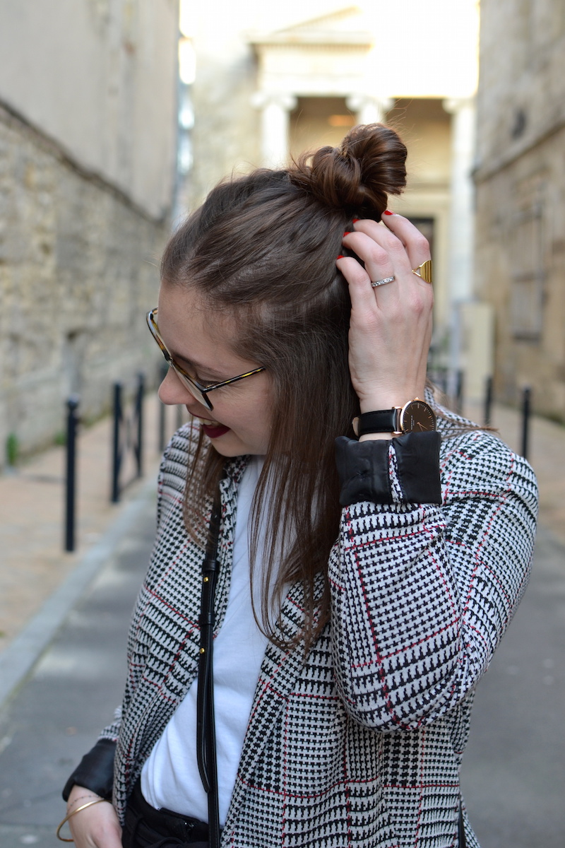 veste prince de galles Stradivarius, t-shirt blanc, half bun et bague And Other Stories