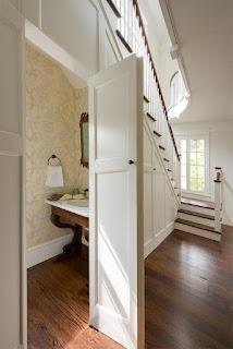 mosdó a lépcső alatt