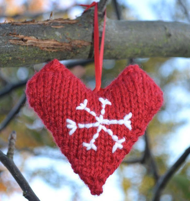 https://www.craftsy.com/knitting/patterns/christmas-love-hearts/136692
