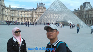 Pyramid Musee du Louvre Tempat Menarik di Paris