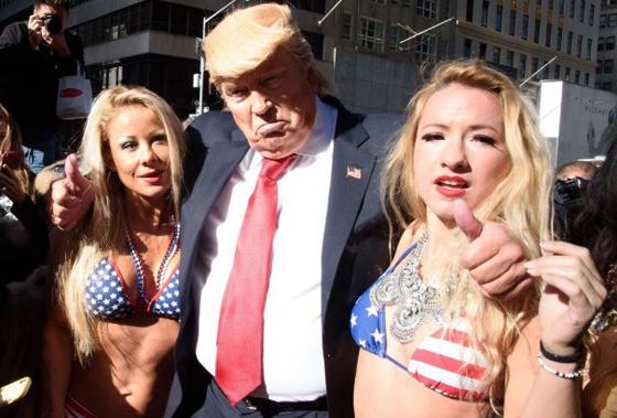 Hot Mirip Donald Trump Dengan Model Bikini Seksi