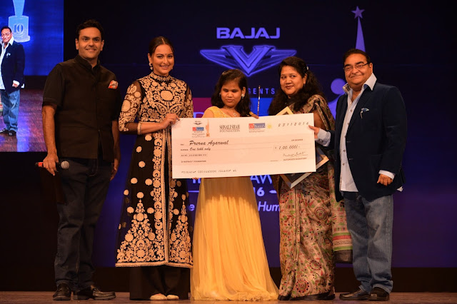 Dr. Akshay Batra, Sonakshi Sinha, Prerana Agarwal with her mother and Dr. Mukesh Batra at Dr. Batra's Positive Health Awards held in Mumbai on 23-Nov-16