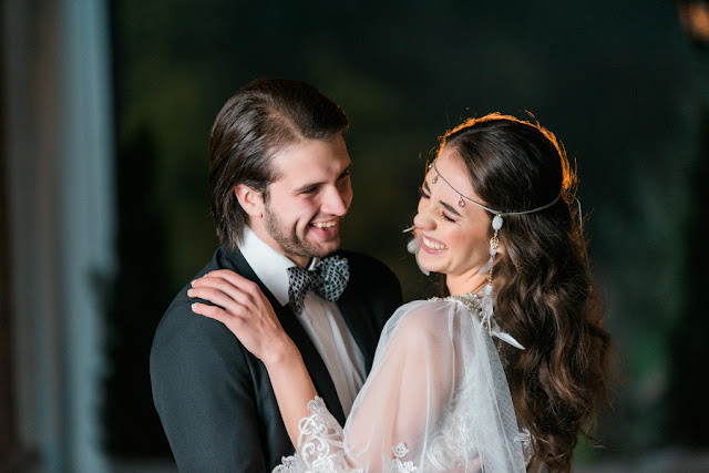 Wiązana, piórkowa opaska ślubna w stylu boho chic.