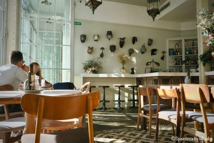 El Perro y La Galleta 開放的で白が基調となっているマドリードのカフェ