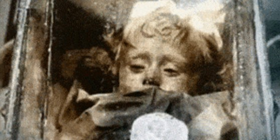 Ako je ova djevojčica umrla prije 100 godina, zašto su joj oči još uvijek otvorene?