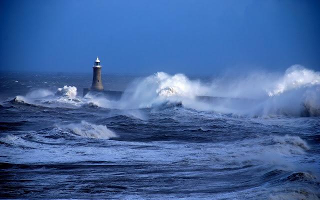 Landschap met de woeste zee met hoge golven