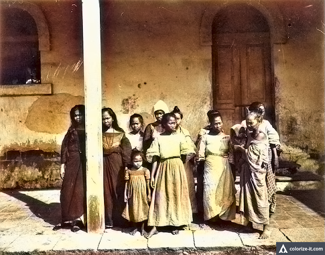A photo of female prisoners in Batangas 1899.  Image source:  University of Wisconsin Digital Collections.