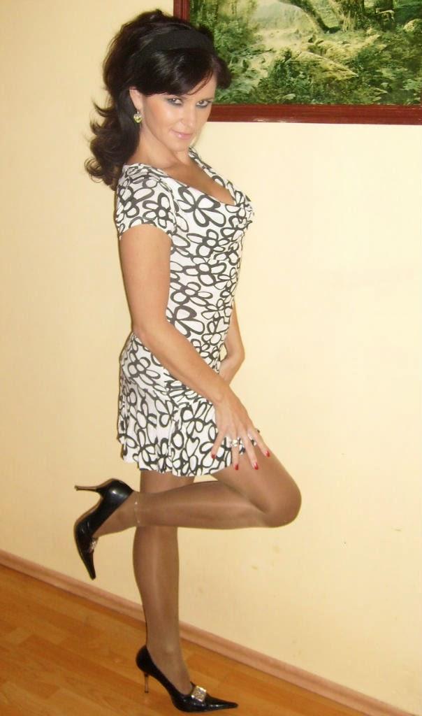 Versautes Mädchen Zeigt Schöne Beine In Strumpfhose