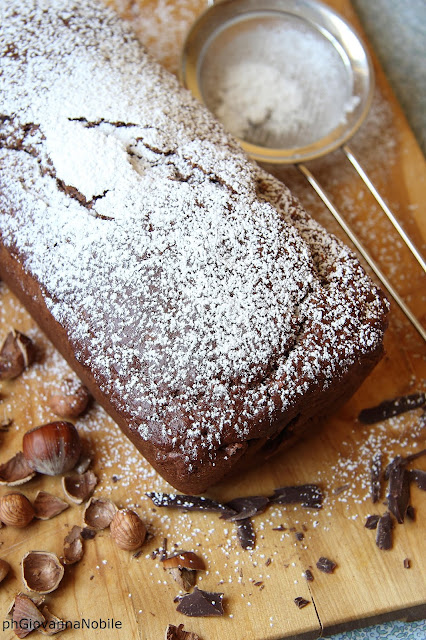 Cake al cioccolato con nocciole, yogurt e limone