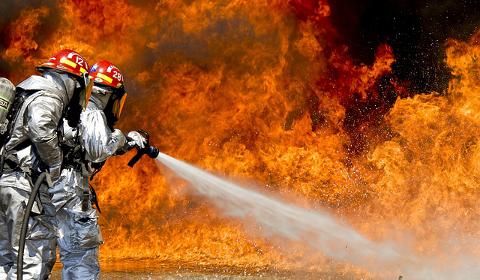 Pompiers luttant contre un incendie