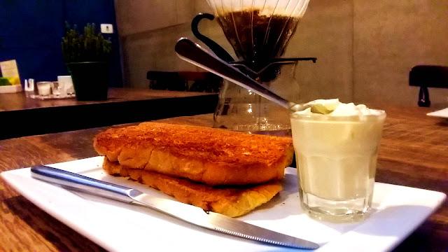Pão na chapa na Cafeteria Sofá Café