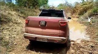 Bandidos roubam veículo