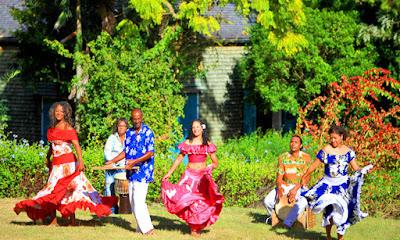 Groupe de Mayola musiciens et danseuses en tenue traditionnelle