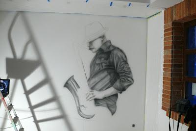 Malowanie obrazu na ścianie cena, motyw jazzowy, malowanie saksofonisty, mural 3D czarno-biły