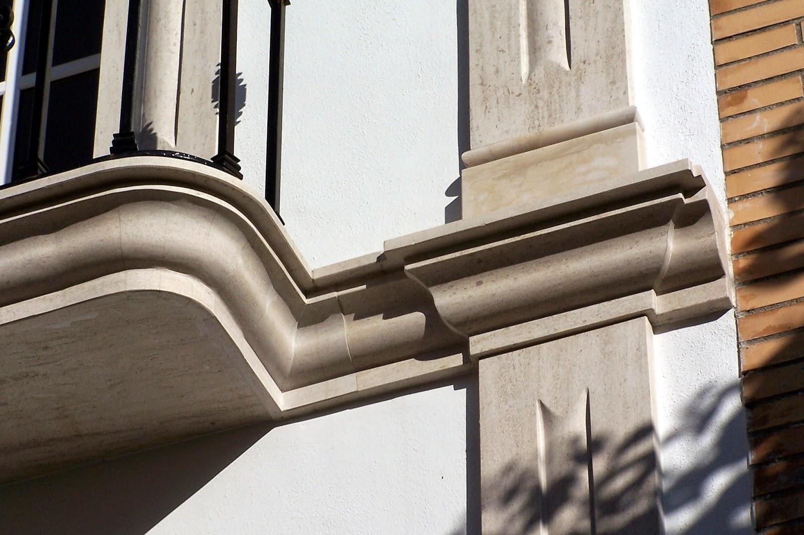 detalle de ménsula y capitel en piedra moca para fachada